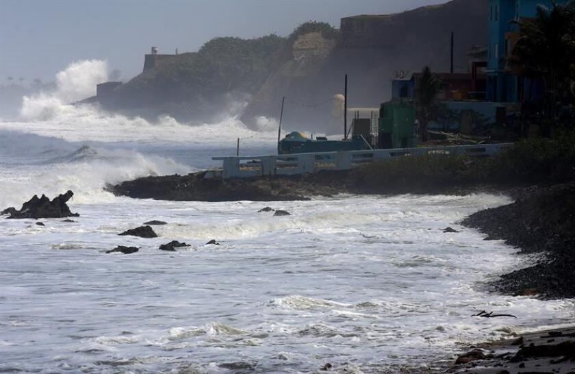 Fuertes olas azotan al Castillo San Cristóbal (al fondo) en San Juan, Puerto Rico. EFE/Archivo