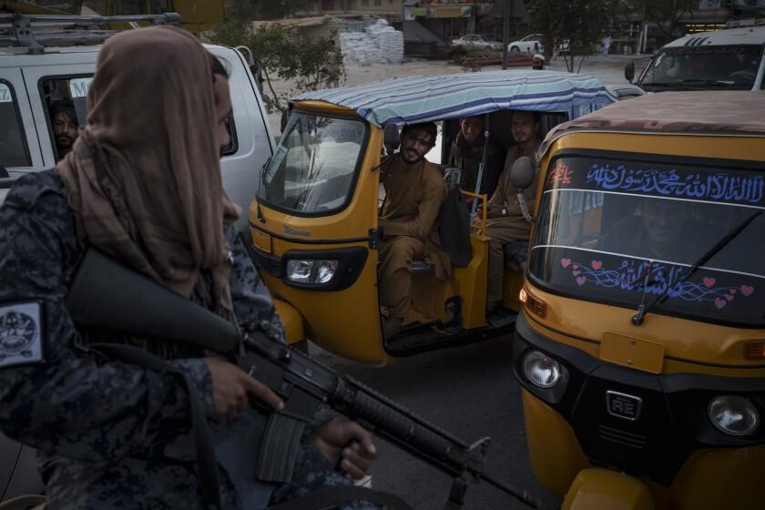 Conductores y pasajeros afganos en el tráfico ven a combatientes del Talibán