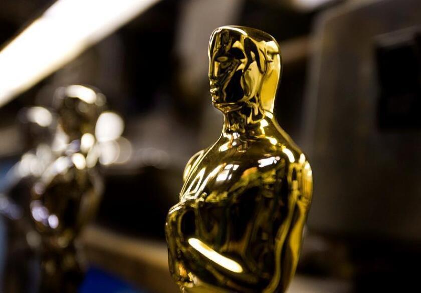 ESTADOS UNIDOS CINE:THM31 CHICAGO (ESTADOS UNIDOS) 25.01.08 Estatuilla de los Oscar manufacturada en la fábrica de R. S. Owen en Chicago, Illinois, Estados Unidos, el pasado 23 de enero. El Oscar, oficialmente denominado Premio de la Academia al Mérito, está chapado en cobre, níquel y oro. Mide 34,29 cm de alto (13 pulgadas y media) y pesa 3,85 kg (8 libras y media. La Academia de las Artes y las Ciencias Cinematográficas los entrega desde 1929 a la excelencia en la industria del cine. R.S. Owens los fabrica desde 1983. Esté programado que este año los Oscar se entreguen en la ceremonia de la 80? edición de los Premios de la Academia, que tendrá lugar el próximo 24 de febrero en Los Ángeles, Estados Unidos. EFE/Tannen MauryLa Academia de Cine de Hollywood dará a conocer mañana, martes,