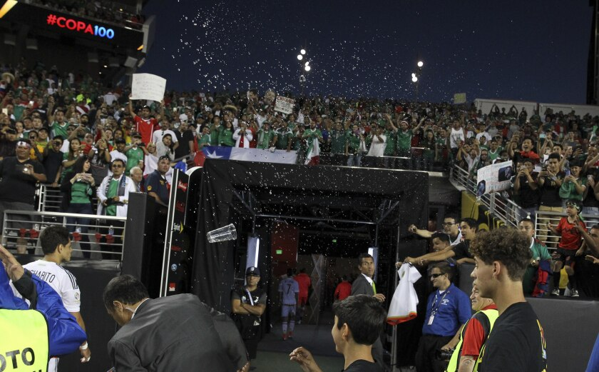 Aficionados mexicanos gritaron insultos al Tri y lanzan objetos al campo, tras la humillación ante Chile, en el Levi's Stadium de Santa Clara, California.