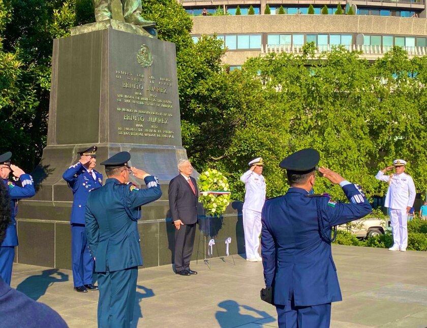 El presidente de México, Andrés Manuel López Obrador visitó la estatua de Benito Juárez, en Washington D.C.