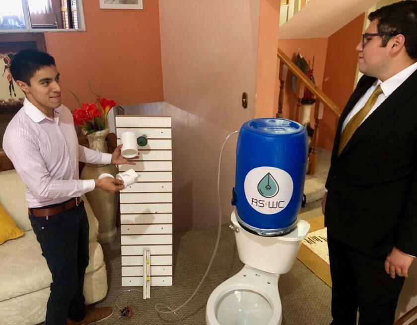 Christian Íñiguez y Fernando Cortez muestran su prototipo del proyecto RS/WC con el que competirán en la Universidad de San Diego (USD)