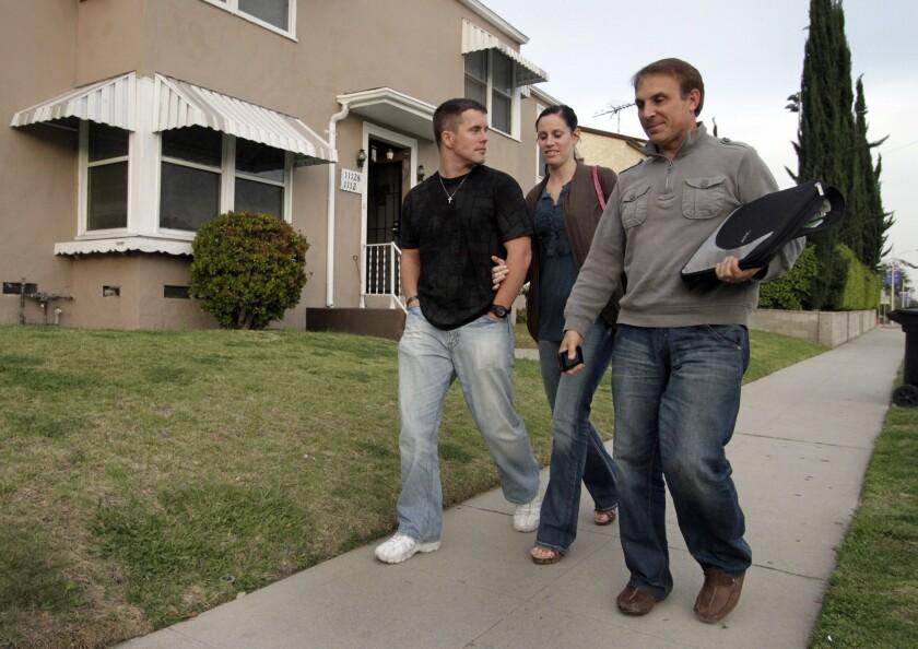 Robert y Charli Kugler (izquierda) acompañan a un agente de bienes y raíces en la búsqueda de un nuevo hogar en la zona de Glendale y Burbank en el 2011.