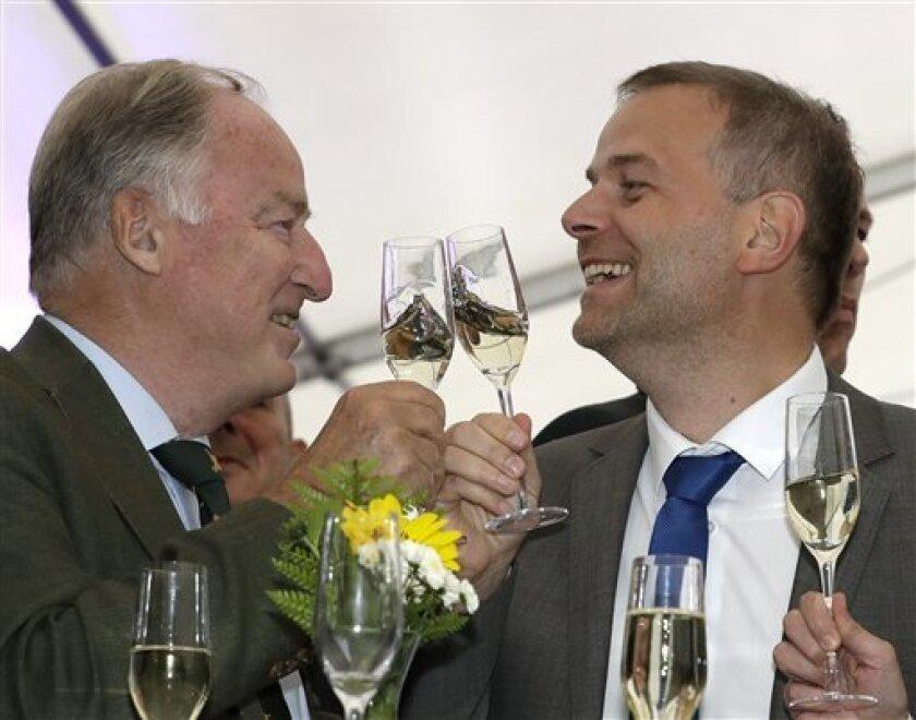 Alexander Gauland, miembro del partido Alternativa para Alemania, izquierda, y Leif-Erik Holm, uno de sus principales candidatos, brindan en la reunión de su organismo político en Schwerin, Alermania, el domingo 4 de septiembre de 2016, después del cierre de las elecciones estatales en el estado Mecklenburg-Western Pomerania.