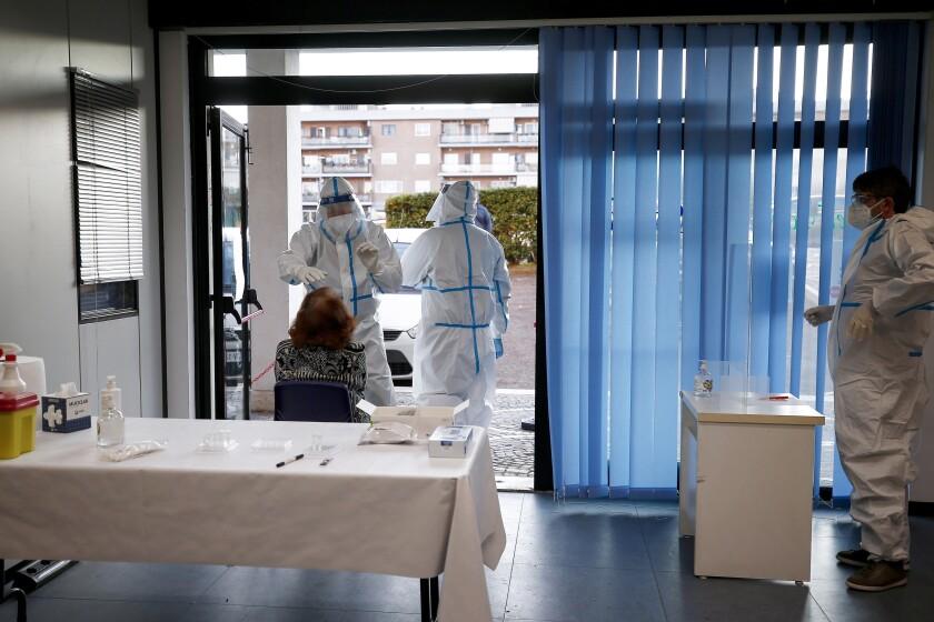 Personal médico realiza pruebas diagnósticas de COVID-19 en un consultorio de medicina familiar en Roma