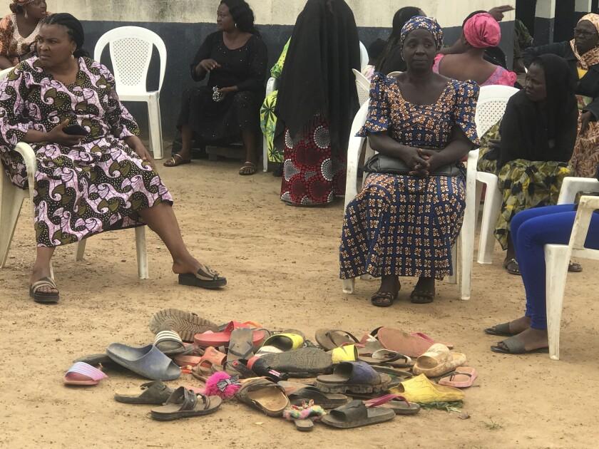 ARCHIVO - En esta fotografía de archivo del martes 6 de julio de 2021, padres de escolares secuestrados de la secundaria bautista Bethel aguardan noticias de sus hijos en Damishi, estado de Kaduna, Nigeria. (AP Foto, archivo)