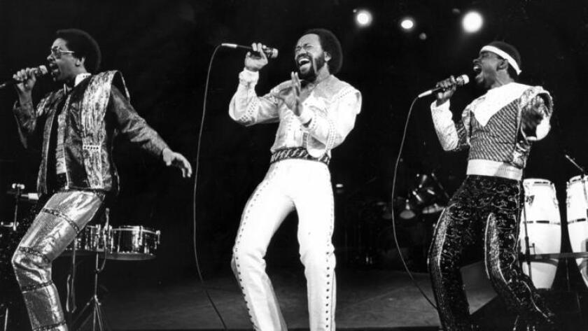 Maurice White, centro, lidera la banda Earth Wind & Fire en el Forum de Inglewood el 12 de diciembre de 1981. (Tony Barnard / Los Angeles Times)