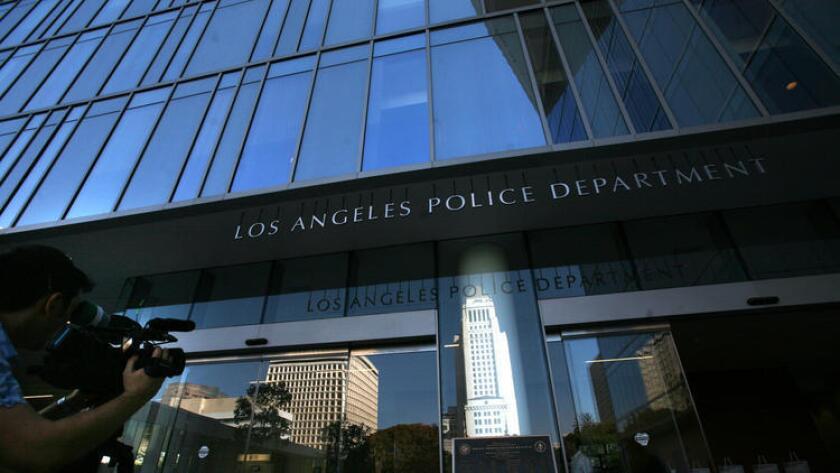 Dos agentes de policía de Los Ángeles han sido acusados de agredir sexualmente en repetidas ocasiones a cuatro mujeres.