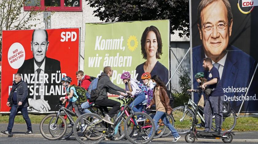 La foto muestra carteles electorales de los tres candidatos principales a canciller de Alemania. De izquierda a derecha, Olaf Scholz del Partido Socialdemócrata (SPD); Annalena Baerbock, del partido Los Verdes (Die Gruenen) y Armin Laschet de la Unión Demócrata Cristiana (CDU), en Gelsenkirchen, Alemania, 23 de setiembre de 2021. La elección es el domingo 26 de setiembre de 2021. (AP Foto/Martin Meissner)
