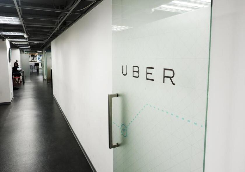 Logo de Uber en una puerta acristalada de la sede de la compañía en Taipei (Taiwán), el 12 de abril de 2017. EFE/David Chang/Archivo