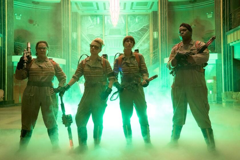 """Abby (Melissa McCarthy), Holtzmann (Kate McKinnon), Erin (Kristen Wiig) y Patty (Leslie Jones) son los personajes principales de la nueva """"Ghostbusters""""."""
