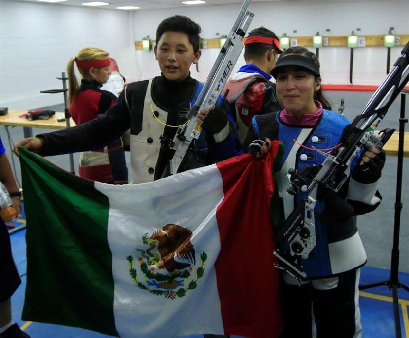 Los mexicanos Edson Ramírez (i) y Gabriela Martínez (d) posan luego de ganar la medalle de oro hoy, martes 24 de julio de 2018, en la prueba tiro rifle de 10 metros mixto de los XXIII Juegos Centroamericanos y del Caribe 2018 en Barranquilla (Colombia). EFE