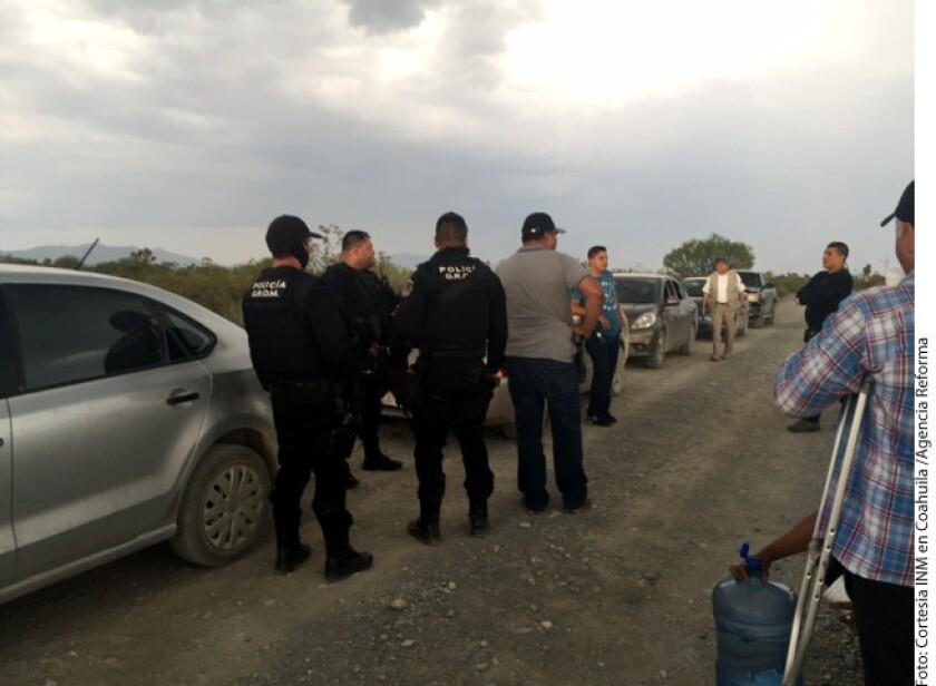 Redes de tráfico de personas en las que participarían policías y ex agentes del Instituto Nacional de Migración (INM) explotan la oleada de indocumentados africanos, haitianos y cubanos que se registra este año en México.