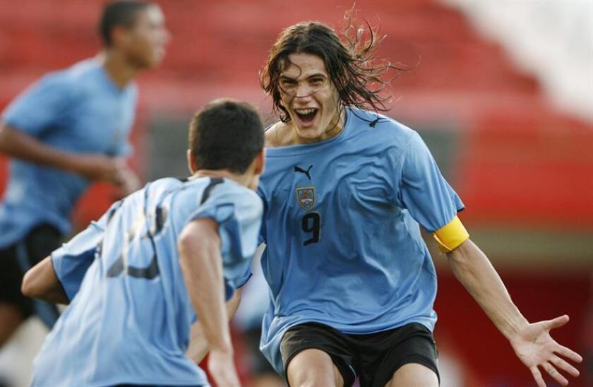 En la imagen, el jugador uruguayo Edinson Cavani (der) durante su participación en el Sudamericano Sub'20 de 2007. EFE/Archivo