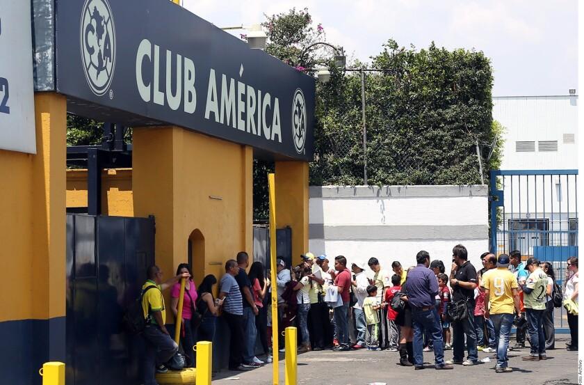 Cuatro sujetos armados irrumpieron con violencia en las instalaciones del América y robaron objetos del área de almacén.