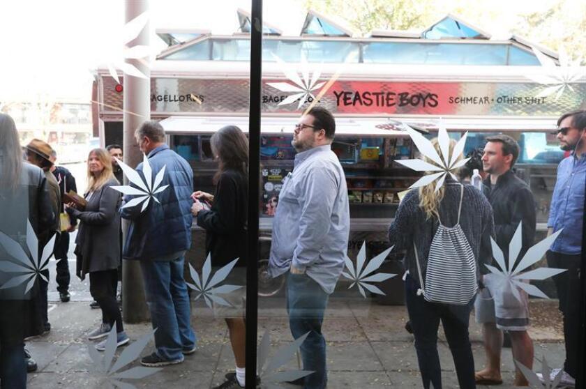 Decenas de clientes hacen fila en el dispensario MedMen para comprar productos de marihuana recreativa en West Hollywood, California (EE.UU.), el martes 2 de enero de 2018. EFE/Archivo