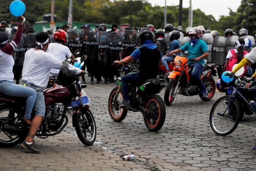 """Manifestantes que participan en la marcha """"Rescatemos la Patria"""", en contra del presidente Daniel Ortega, recriminan a los policías antimotines que bloqueen el paso en Managua (Nicaragua). EFE/Archivo"""