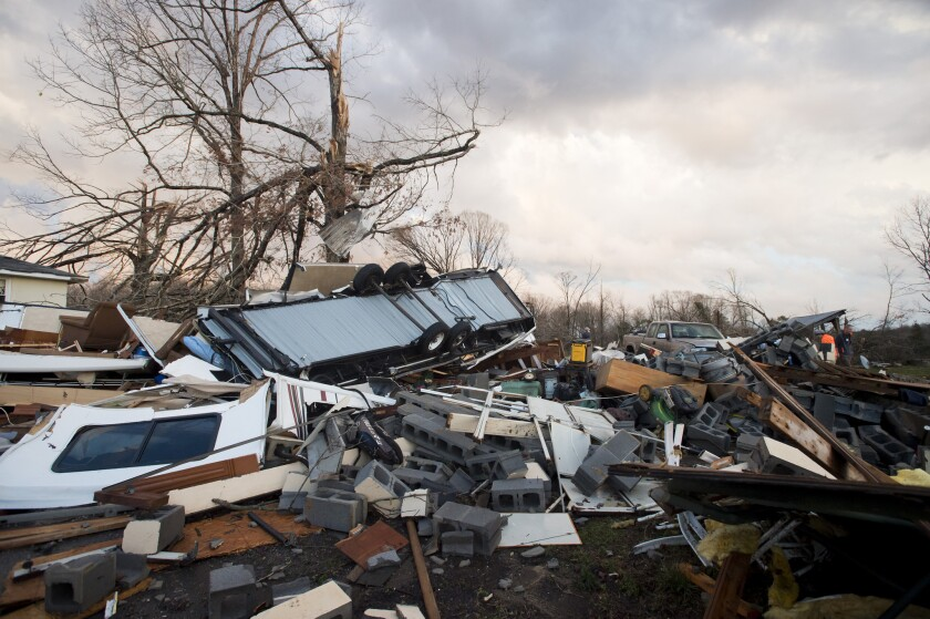 Esta foto muestra daños causados por un tornado a su paso por el condado Appomattox, Virginia. Una serie de tormentas llevó tornados a la costa este de Estados Unidos _ que dejaron cuatro muertos en Virginia _, fuertes nevadas al centro del país y causó apagones que dejaron a oscuras a centenares de miles de personas en varios estados. (The News & Advance/News & Daily Advance via AP)