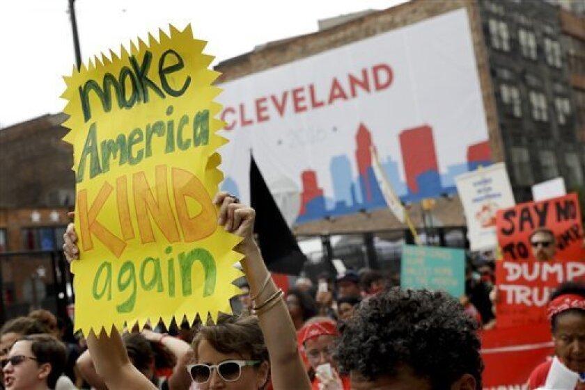 Manifestantes durante una marcha contra el probable candidato republicano a la presidencia de EEUU, Donald Trump, el lunes 18 de julio de 2016, en Cleveland. (AP Foto/Patrick Semansky)