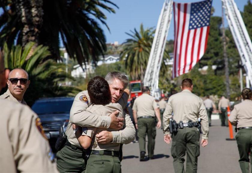 Oficiales son vistos luego de que el coche con el cuerpo del Sargento Ron Helus llegara a la oficina del médico forense en Ventura, California (Estados Unidos) hoy, jueves 8 de noviembre de 2018. EFE