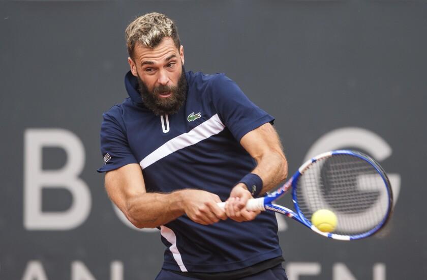 El francés Benoit Paire devuelve durante su partido por la primera ronda del torneo de la ATP
