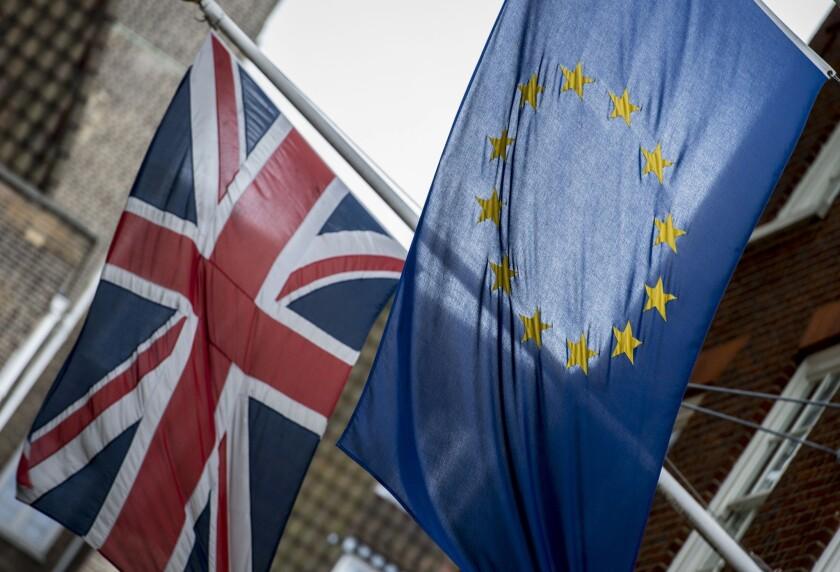 Banderas de Gran Bretaña y la Unión Europea ondean en el exterior de la Europe House, las oficinas del Parlamento Europeo en el centro de Londres. (Lauren Hurley / PA vía AP)