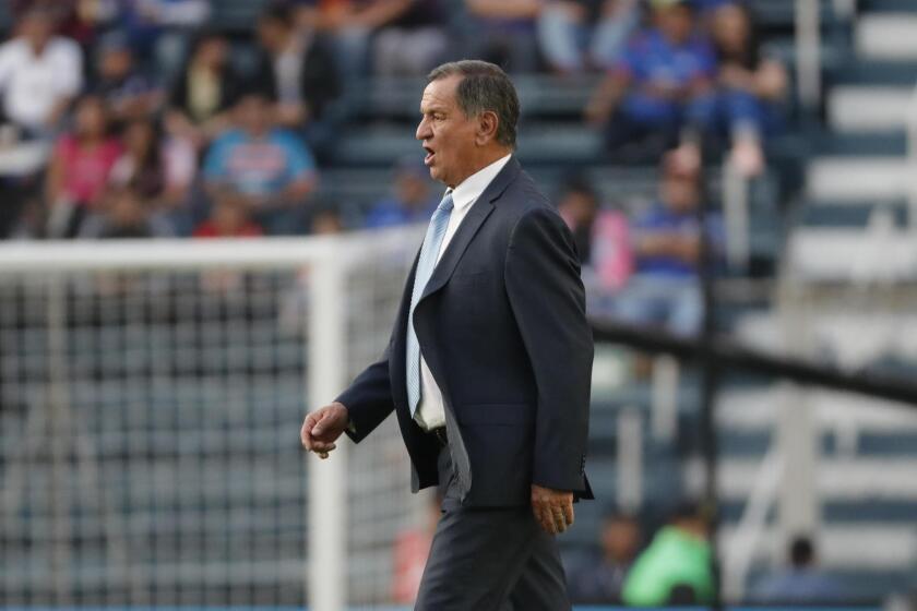 El técnico de Puebla, Enrique Meza, reacciona hoy, sábado 17 de febrero de 2018, durante el juego correspondiente a la jornada 8 del torneo mexicano de fútbol, entre Cruz Azul y Puebla, celebrado en el estadio Azul de Ciudad de México (México).