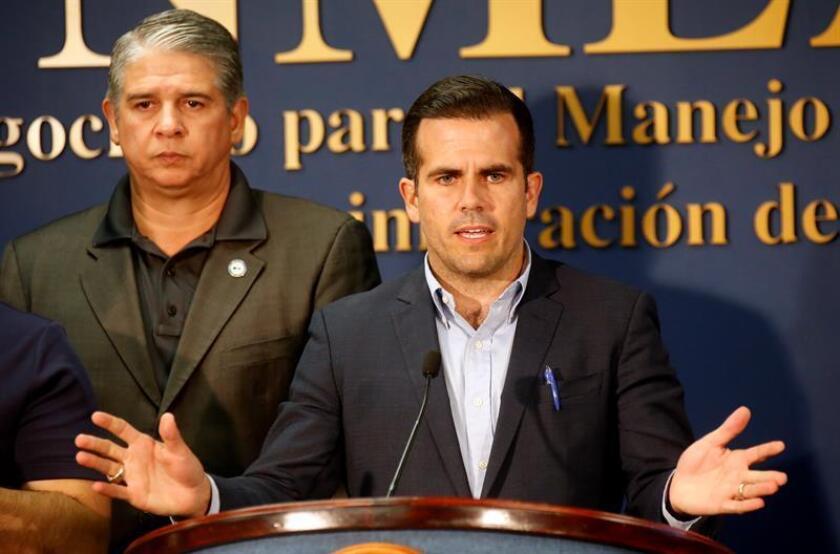 El gobernador de Puerto Rico, Ricardo Rosselló (d), habla el viernes 6 de julio de 2018, durante una rueda de prensa en el Negociado para el Manejo de Emergencias y Administración de Desastres, de San Juan (Puerto Rico).