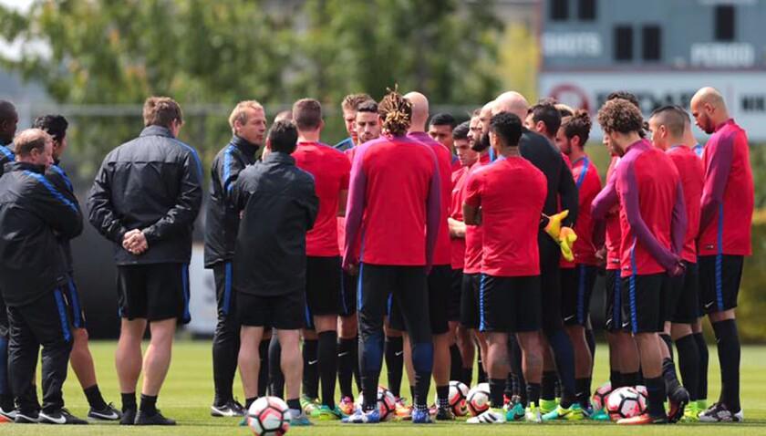 El entrenador Jurgen Klinsmann (c) da instrucciones al seleccionado de Estados Unidos, rumbo al choque contra Argentina.