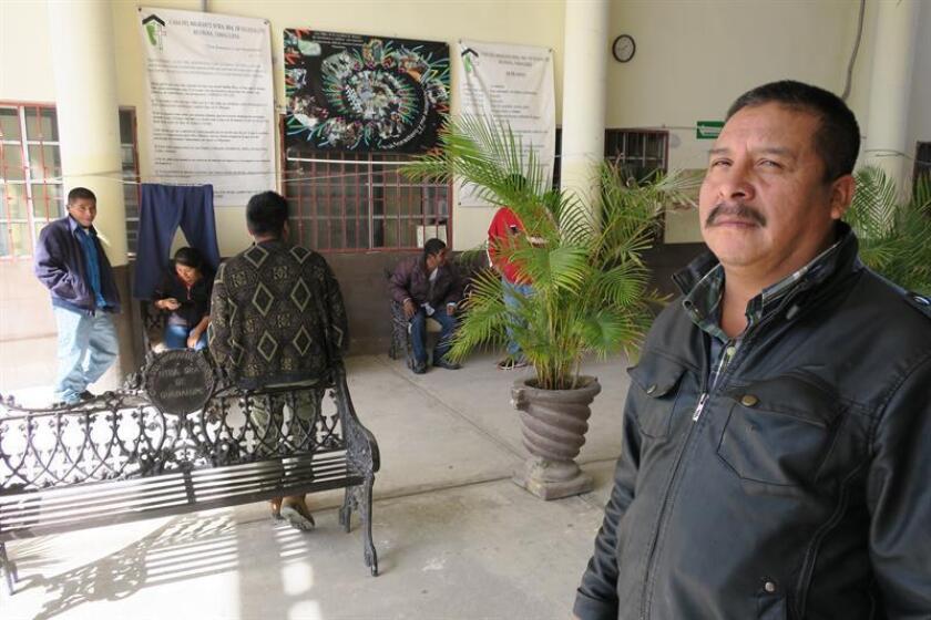 Fotografía del mexicano deportado Agustín López (d), en la casa del migrante, en la ciudad de Reynosa, en el estado de Tmaulipas (México). EFE