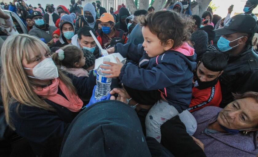 Migrantes esperan informes de su acceso a Estados Unidos desde la garita El Chaparral