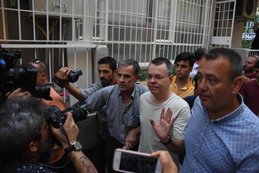 Fotografía de archivo del pastor estadounidense Andrew Brunson (c) durante su juicio, en la cárcel de Aliaga, en Izmir (Turquía). EFE/Archivo