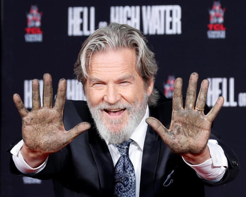 El actor Jeff Bridges imprimió hoy sus huellas en cemento en la entrada del famoso Teatro Chino situado en el Paseo de la Fama de Hollywood en Los Ángeles. EFE