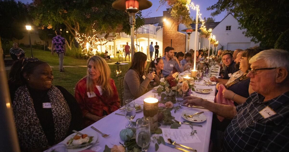 City Beat: Obdachlose serviert ein fünf-Gänge-Abendessen in einem O. C. zu Hause. Es geht um Menschenwürde und der menschlichen Verbindung