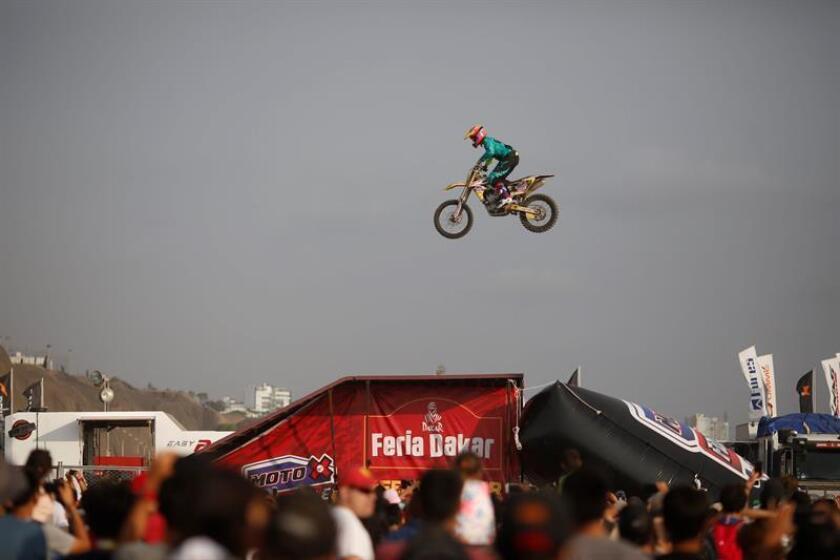 """Un motociclista realiza saltos durante la apertura de la """"Feria Dakar"""" el 4 de enero de 2019 en Lima (Perú). EFE"""
