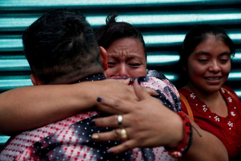 """AME6868. CIUDAD DE GUATEMALA (GUATEMALA), 16/07/2019.- Una mujer abraza a un familiar recién deportado de Estados Unidos tras su llegada junto a un grupo de migrantes guatemaltecos también deportados este martes, en Ciudad de Guatemala (Guatemala). 241 migrantes guatemaltecos llegaron este martes deportados desde diferentes puntos de Estados Unidos después de que el presidente Donald Trump advirtiera de que su Gobierno iniciaría redadas en nueve ciudades para deportar a """"miles"""" de indocumentados. EFE/ Esteban Biba"""