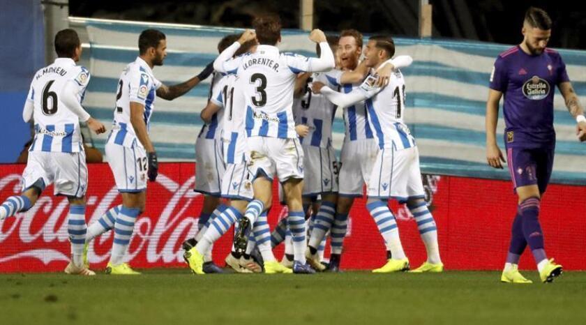 Los jugadores de la Real Sociedad celebran el segundo gol del equipo donostiarra, durante el partido de la jornada 13 de la Liga de Primera División que disputan frente al Celta de Vigo en el estadio de Anoeta de San Sebastián. EFE