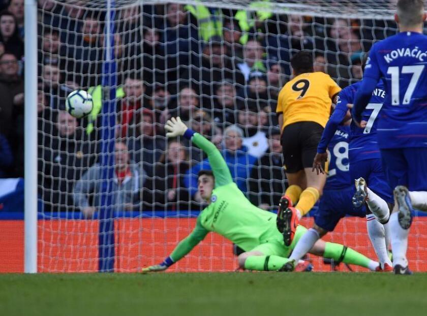El delantero mexicano del Wolverhampton Wanders Raúl Jiménez (c) marcó el primer gol de su equipo ante el Chelsea en Stamford Bridge, Londres, Reino Unido. EFE/EPA