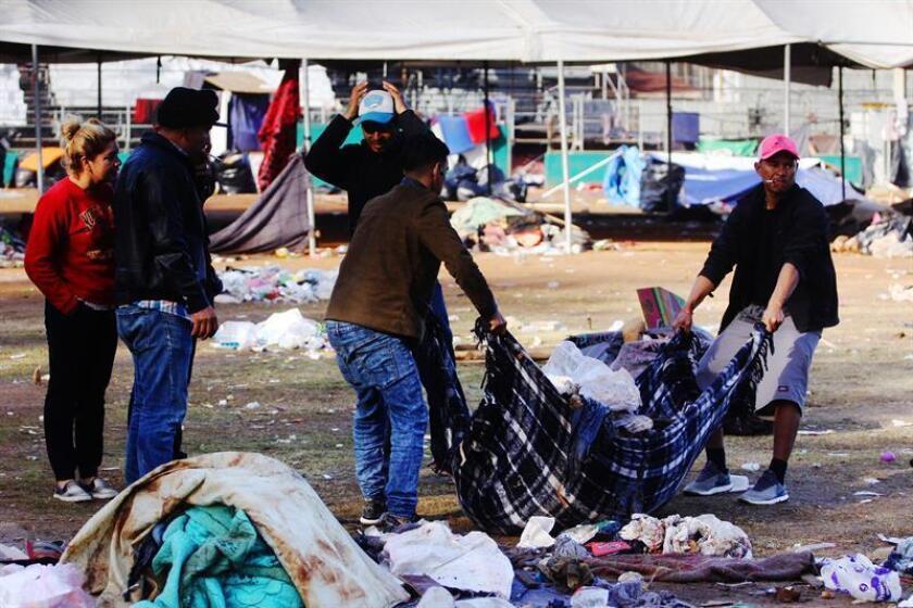 El traslado de migrantes a nuevo albergue en Tijuana transcurre a paso lento