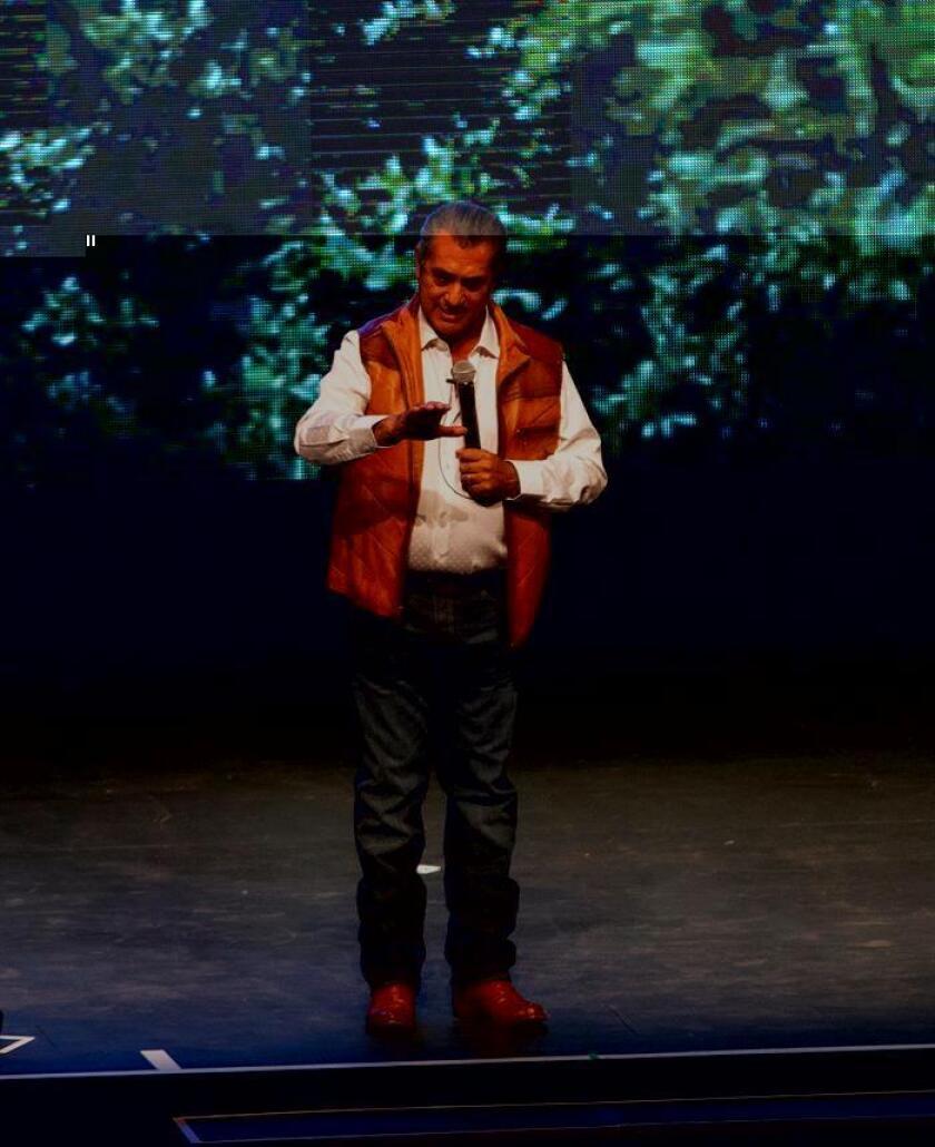 El gobernador del norteño estado de Nuevo León, Jaime Rodríguez Calderón, reveló a niños mexicanos la identidad de Santa Claus, en un evento en el que generó descontento y algunas risas. EFE/Archivo