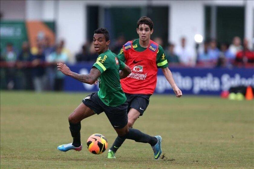 El jugador brasileño Neymar patea un balón durante un entrenamiento del equipo nacional este 31 de mayo, en el estadio de Flamengo, en Río de Janeiro (Brasil). EFE