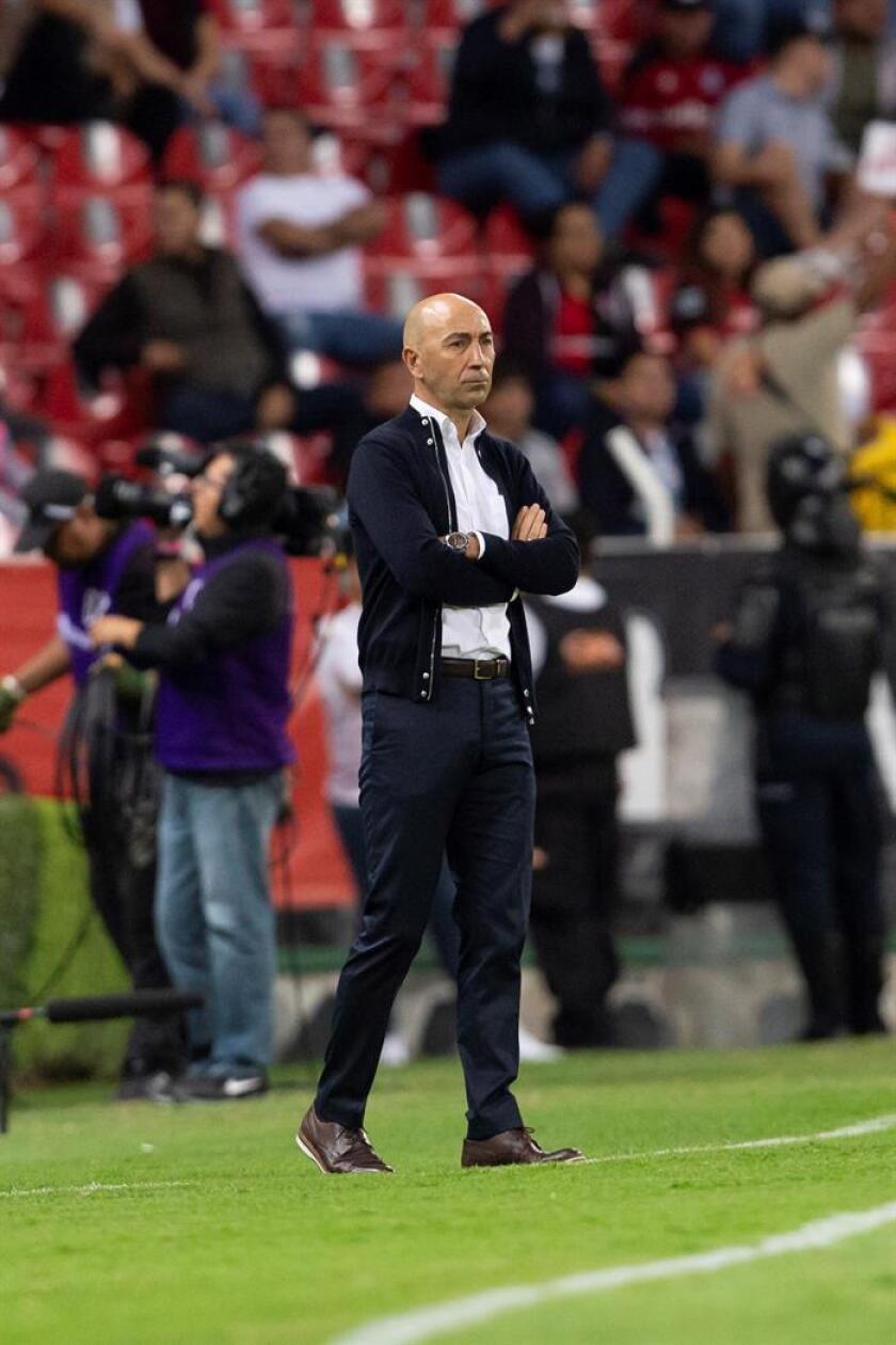 El técnico de Pachuca Francisco Ayestarán observa a sus jugadores. EFE/Archivo