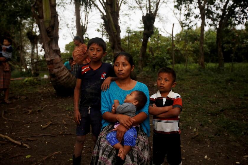 Claudia Marroquín de 27 años madre de Jakelin una niña de 7 años que murió en la frontera posa junto a sus otros 3 hijos en el caserío San Andrés Secortéz en el municipio de Raxruhá en Guatemala.