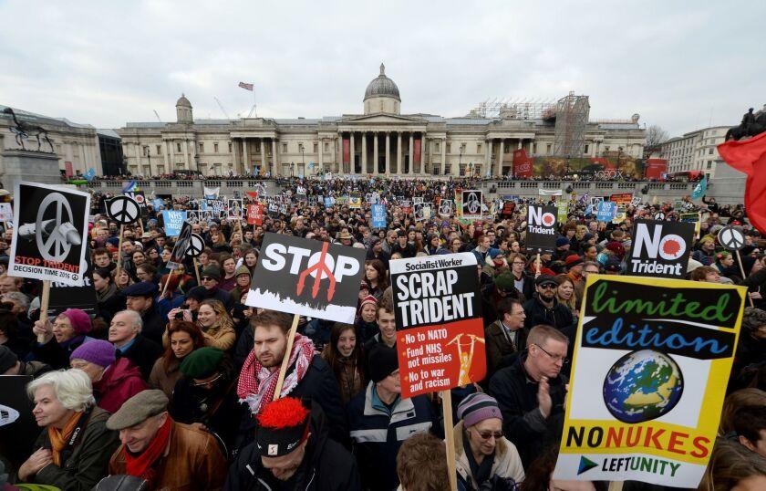 Manifestantes se reúnen en Trafalgar Square en Londres, para oponerse a la renovación del sistema de armas nuclear Trident de Gran Bretaña en lo que los manifestantes describen como la protesta más grande en una generación.