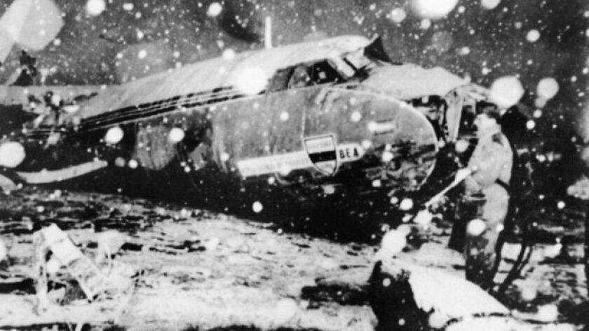 El avión de la Aerolínea Europea Británica (BEA, por sus siglas en inglés) chocó contra una casa en su tercer intento por despegar bajo una tormenta de nieve.