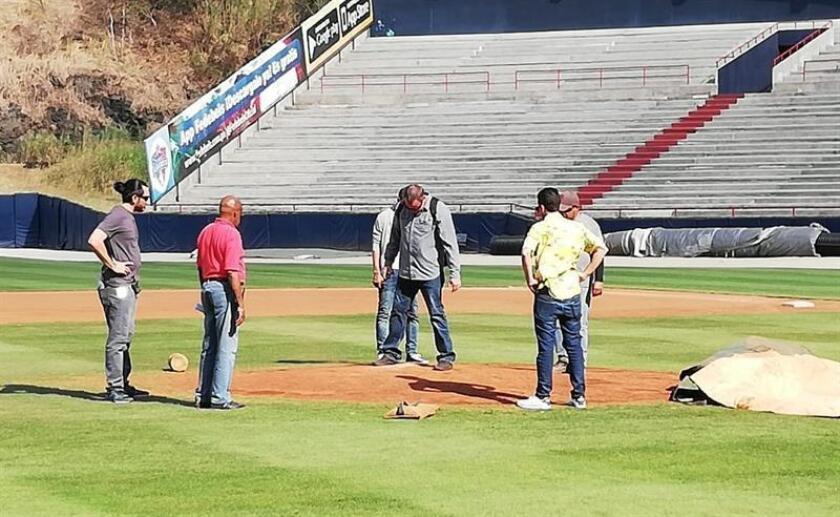 El asistente del encargado de inspección de estadios de la Major League Baseball (MLB) Murray Cook, Chad Olsen (c), inspecciona las instalaciones del estadio este miércoles en Ciudad de Panamá (Panamá). EFE