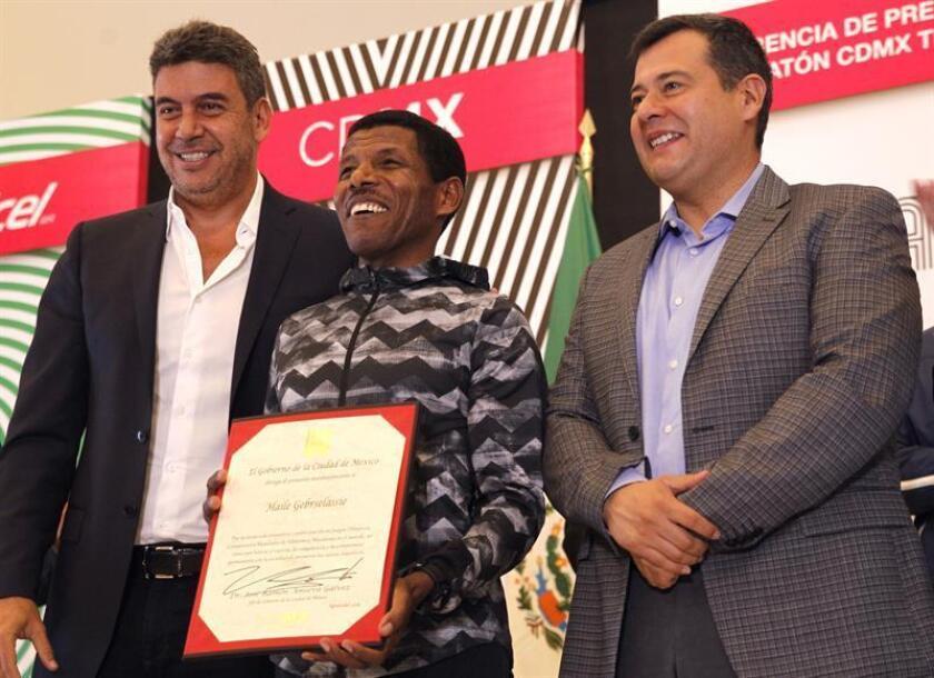 El director de Fundación Telmex (i), Arturo Elias Ayub; el campeón olímpico, el etíope Haile Gebrselassie (c), y el jefe de Gobierno de la Ciudad de México, José Ramón Amieva (d), participan hoy, viernes 17 de agosto de 2018, durante un rueda de prensa para la presentación del maratón de la Ciudad de México (México). EFE