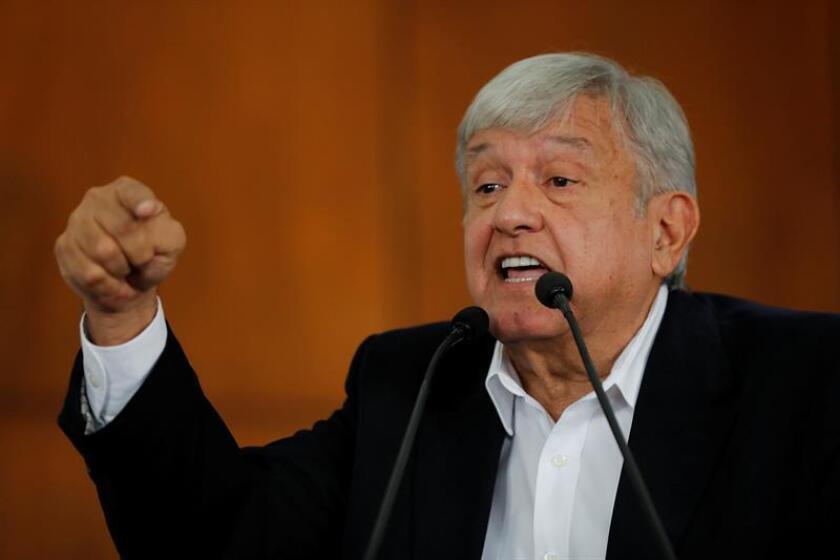 """El presidente electo de México, Andrés Manuel López Obrador, dijo que la consulta sobre el Nuevo Aeropuerto Internacional de México (NAIM) es """"un éxito"""", pese a que su equipo reconoció fallos del sistema de votación, y añadió que impulsará una reforma constitucional para que estos plebiscitos sean frecuentes. EFE/Archivo"""