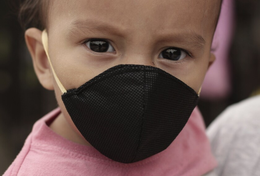 Gael Gómez, de un año, usa una mascarilla para protegerse del nuevo coronavirus.