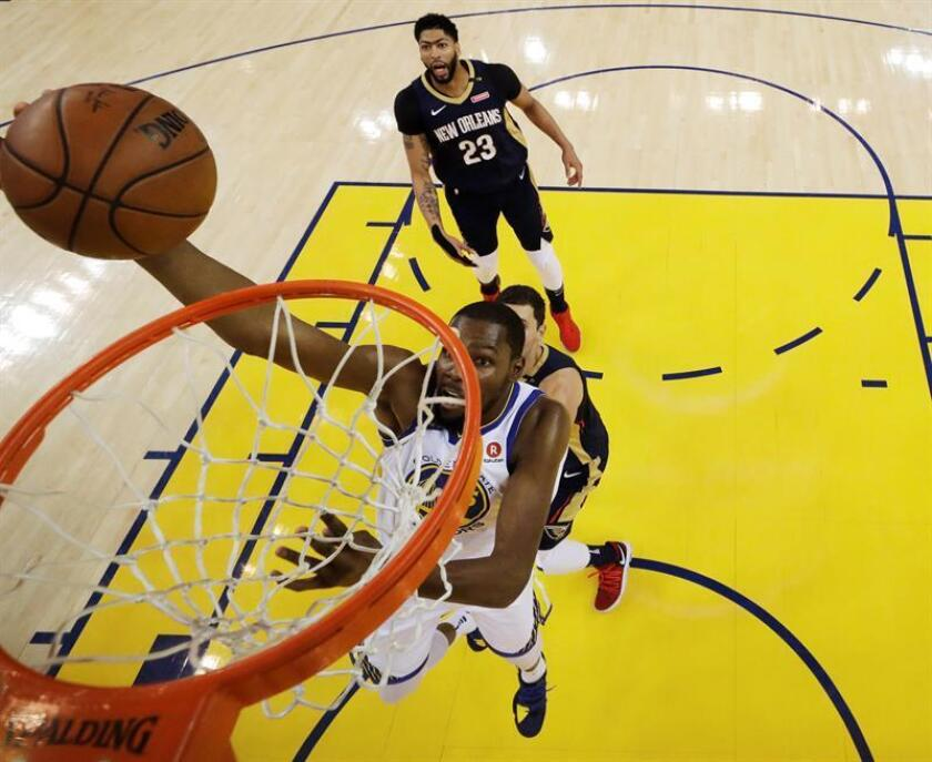 Golden State Warriors forward Kevin Durant (C) goes to the basket as New Orleans Pelicans forward Anthony Davis (background) looks on during the first half of the NBA Western Conference Semifinals basketball game one between the New Orleans Pelicans and the Golden State Warriors at the Oracle Arena in Oakland, California, USA, 28 April 2018. EFE